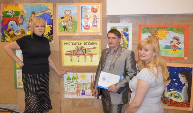Відкрито виставку робіт конкурсу «Дружать діти на планеті»