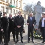 біля памятника Шевченку